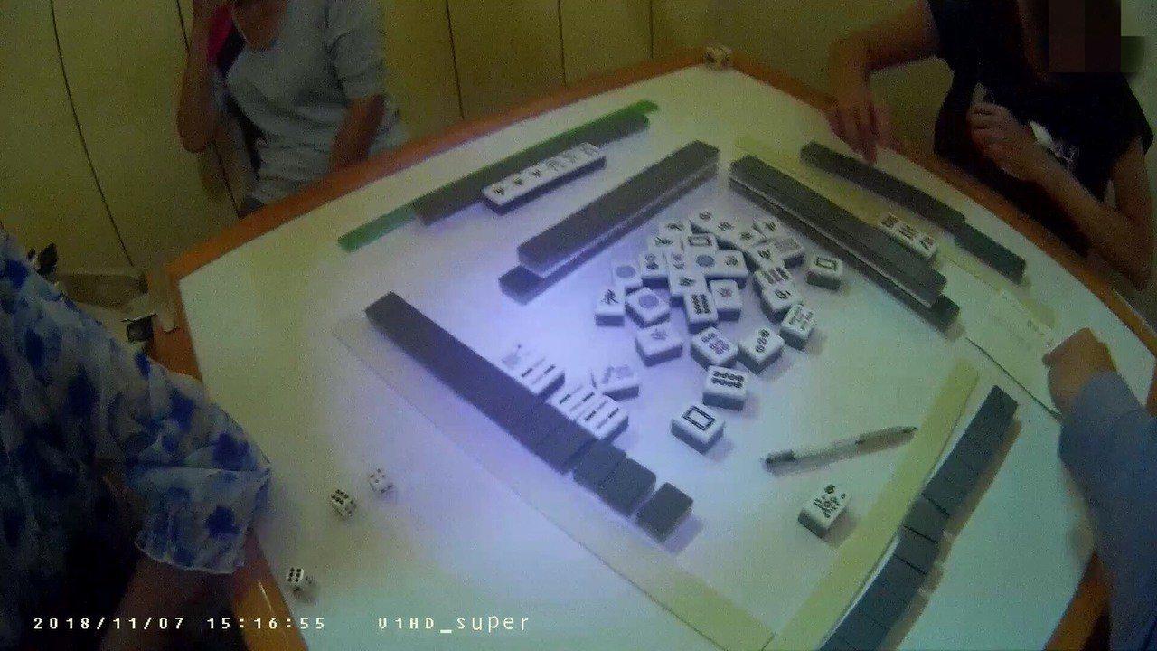 年約67歲的張婦在住處開兩桌麻將賭桌,每桌抽頭400元,若牌友自摸,再酌收100...