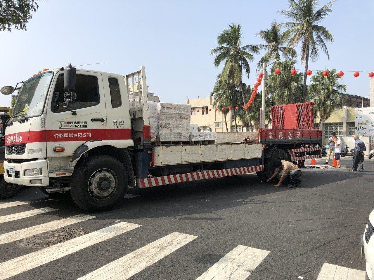 所幸這起事故無人受傷,業者察看大貨車受損狀況。記者邵心杰/攝影