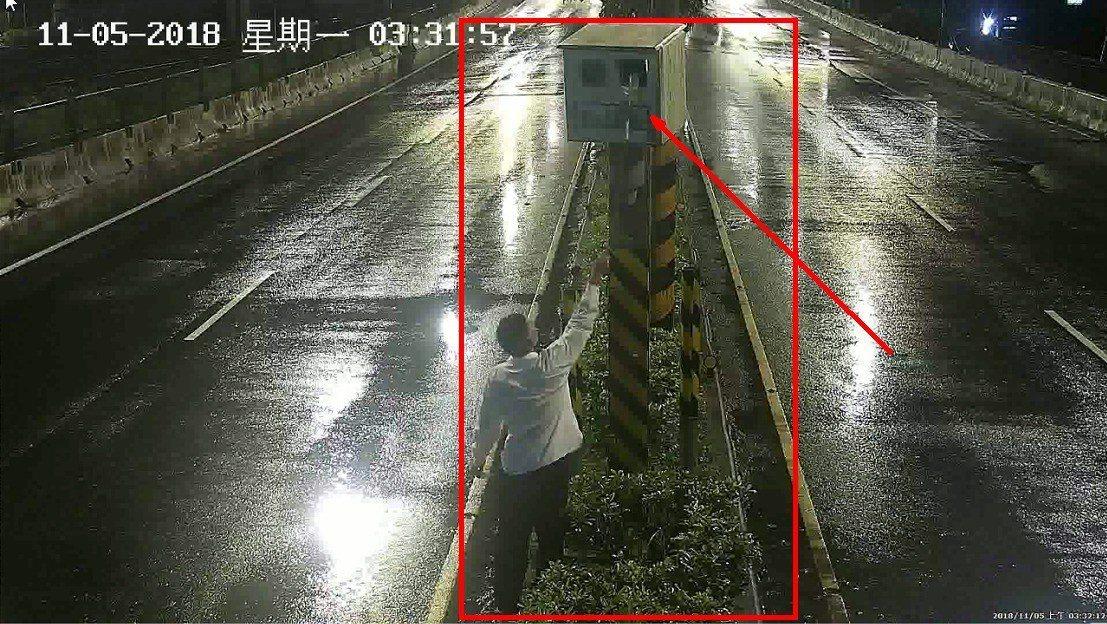 基隆市明德二路、明德三路及光明路段被民眾發現,有5處固定式雷達測速照相鏡頭被不明...