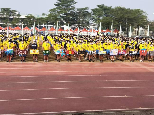 台南市東區學生戴口罩參加運動會。圖/台南市議員王家貞提供