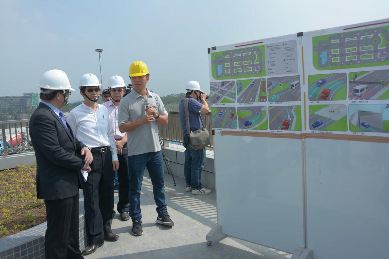 台南代理市長李孟諺(左一)聽取自駕車測試的相關簡報。記者吳淑玲/攝影