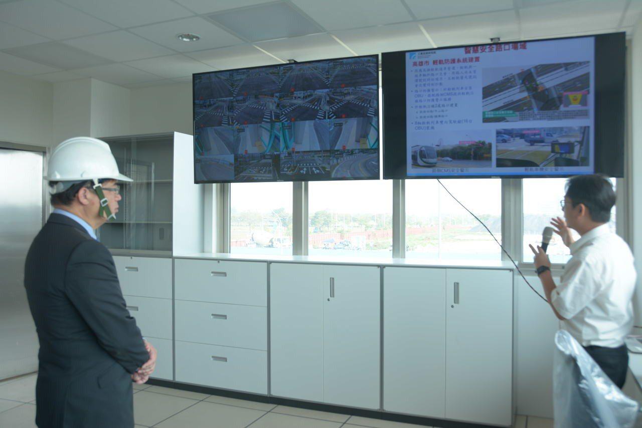 台南代理市長李孟諺(左)聽取自駕車測試的相關簡報。記者吳淑玲/攝影