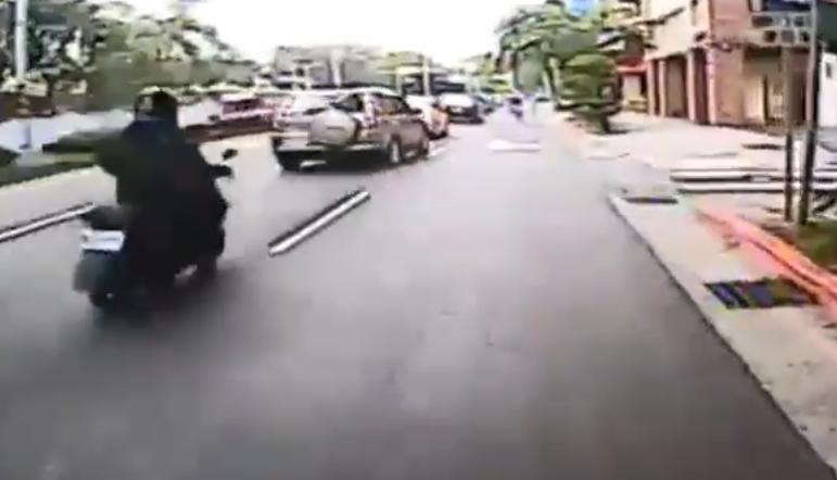 從事故當時後方的監控錄像可見,肇事休旅車正要向右變換車道,程姓騎士也從中間車道向...