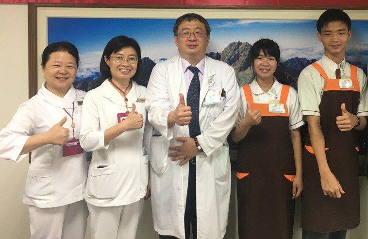 衛福部南投醫院推動看護共聘服務,減輕家屬照顧和經濟壓力。圖/南投醫院提供