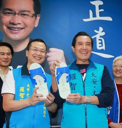 前總統馬英九(右)與台北市議員參選人羅智強合影。本報資料照片 記者黃義書/攝影
