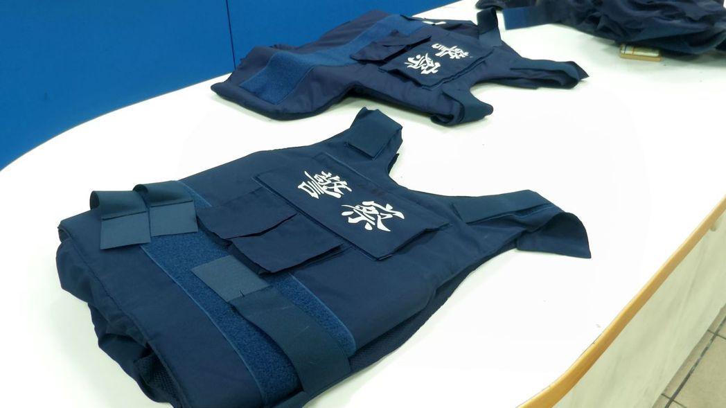 警方借警用防彈背心給韓、陳2候選人。記者林保光/攝影