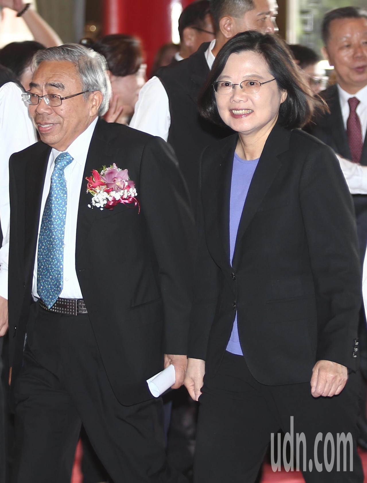 蔡英文總統(右)下午在工總理事長王文淵(左)陪同下出席「第72屆工業節大會」致詞...