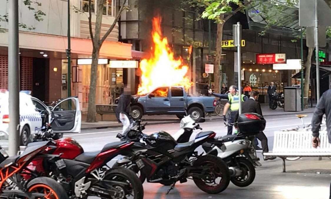 澳洲墨爾本市區9日傳出,1名男子駕車衝撞行人,引火燒車後再持刀砍人的事件。衛報/...