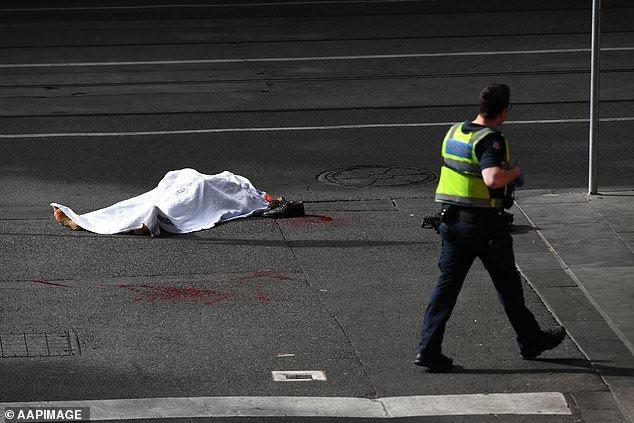 目擊者拍到畫面顯示,人行道上有1具用白布遮蓋的屍體。每日郵報/AAPIMAGE