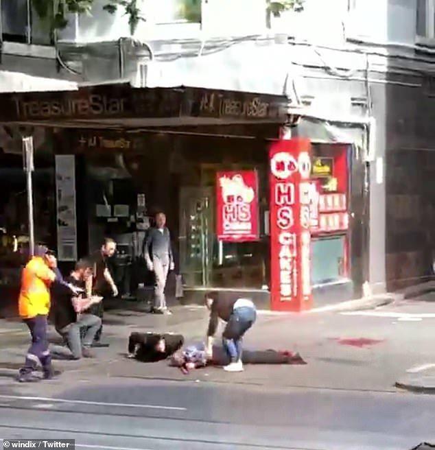 目擊者拍到畫面顯示,有許多被砍傷的民眾倒在地上等待醫護人員現場治療。每日郵報/T...