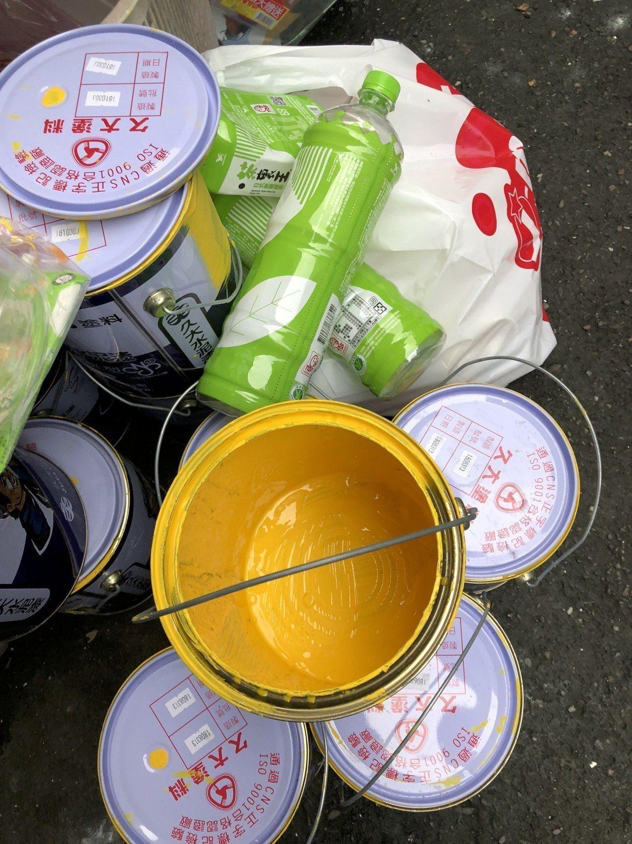 新北環保局稽查員在社區發現黃色油漆桶。圖/新北環保局提供