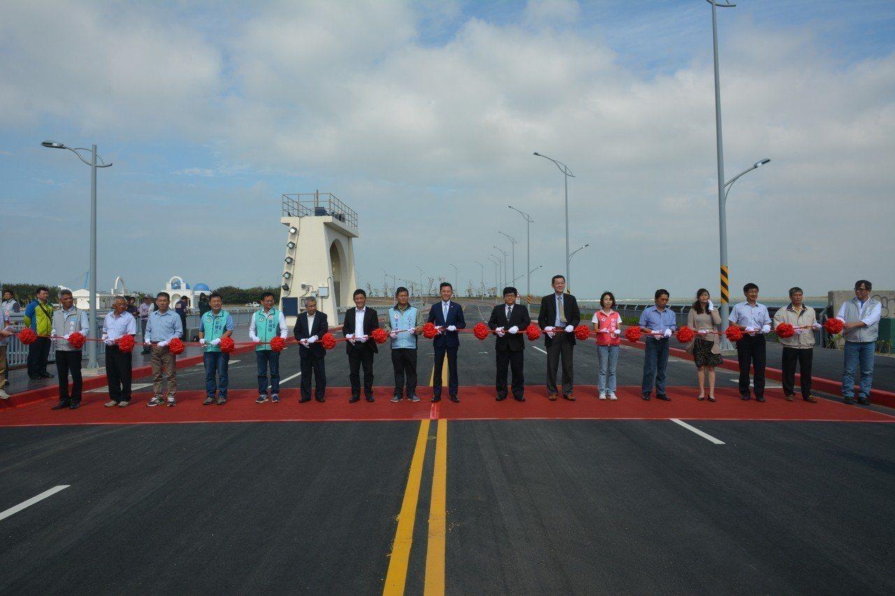 台68線(新竹東西向)快速公路東向路尾下高架橋之後的路段「南寮大道」,今天通車,...