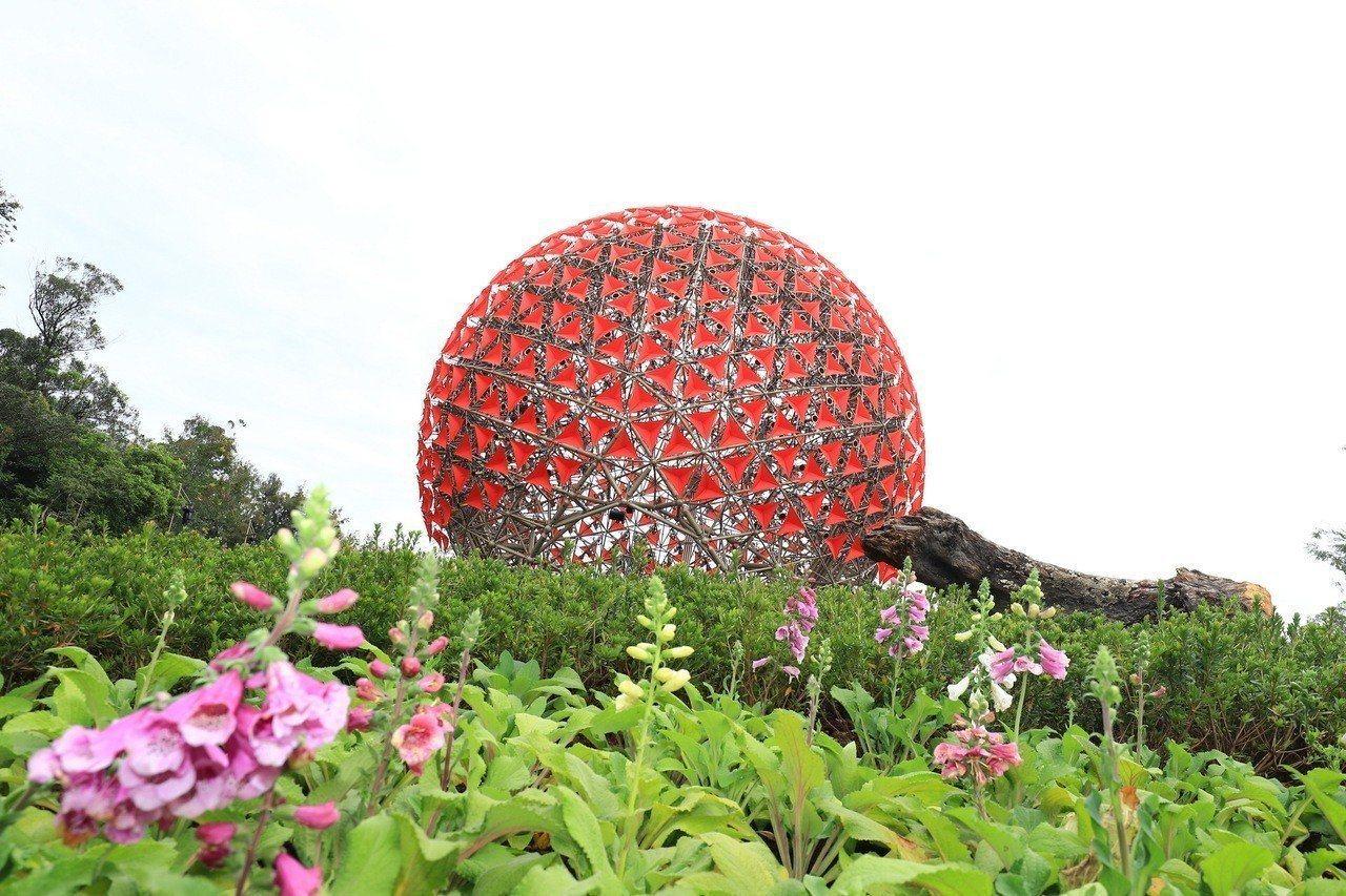 后里森林園區的「聆聽花開的聲音」大型裝置,號稱是地表最大的機械花。圖/台中市政府...