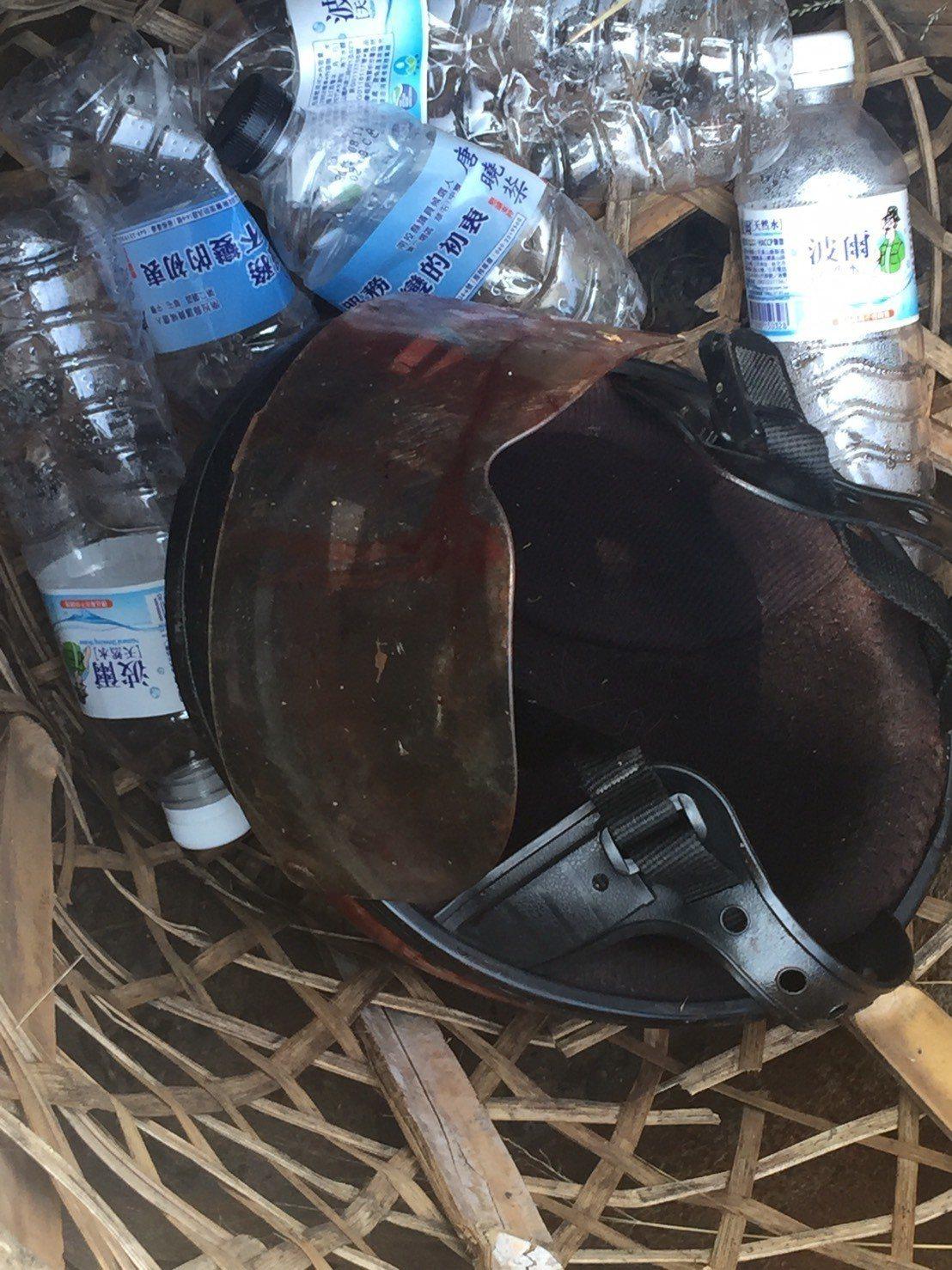 草屯鎮李姓婦人的安全帽沾滿鮮血遺留在遭狗群攻擊的現場。圖/周姓讀者提供