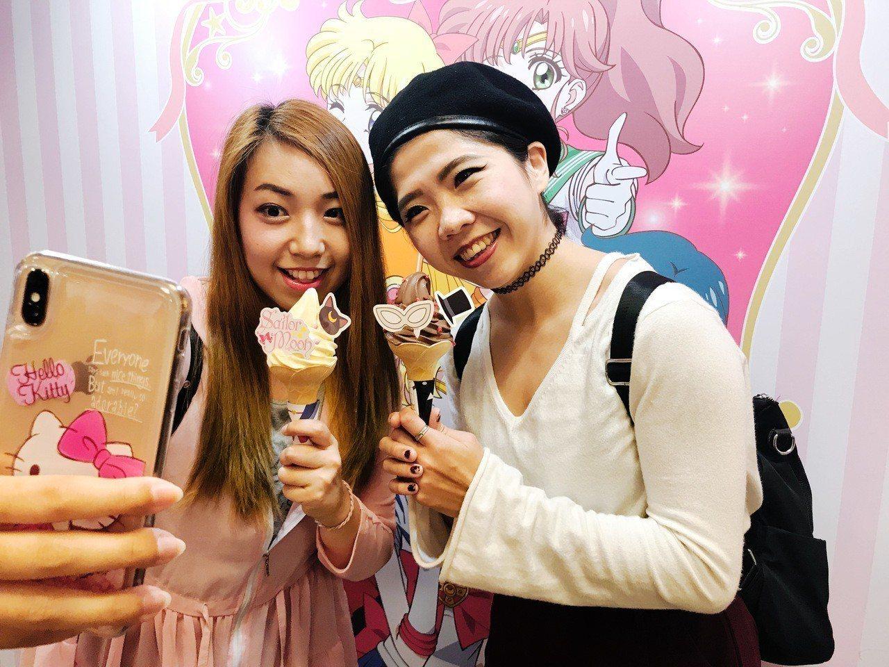 消費者買到蜷尾家 X 美少女戰士期間限定霜淇淋,第一個動作一定是先拍美照。記者江...