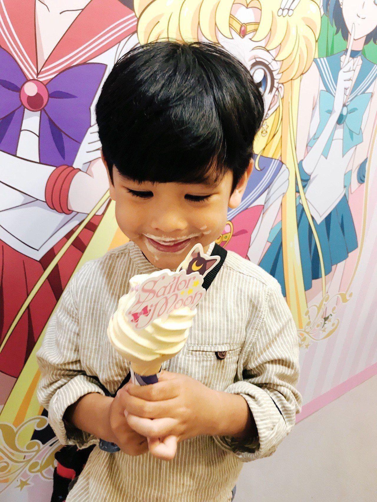小朋友拿到蜷尾家 X 美少女戰士期間限定霜淇淋開心吃了起來。記者江佩君/攝影