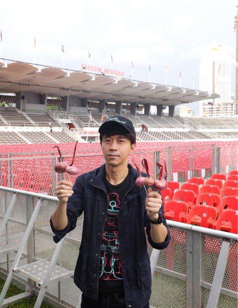 光良相隔4年回家鄉馬來西亞開唱,今(10日)晚間於吉隆坡戶外體館場舉辦「今晚我不孤獨」世界巡迴演唱會,出道23年的他首次挑戰大型戶外場地,並以馬幣99塊(約台幣782元)均一票價回饋鄉親,親民價格讓...