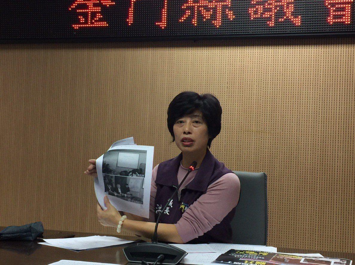 金門縣議長洪麗萍今天召開記者會,拿著金門日報與許多相關資料澄清,強調對整起東北試...