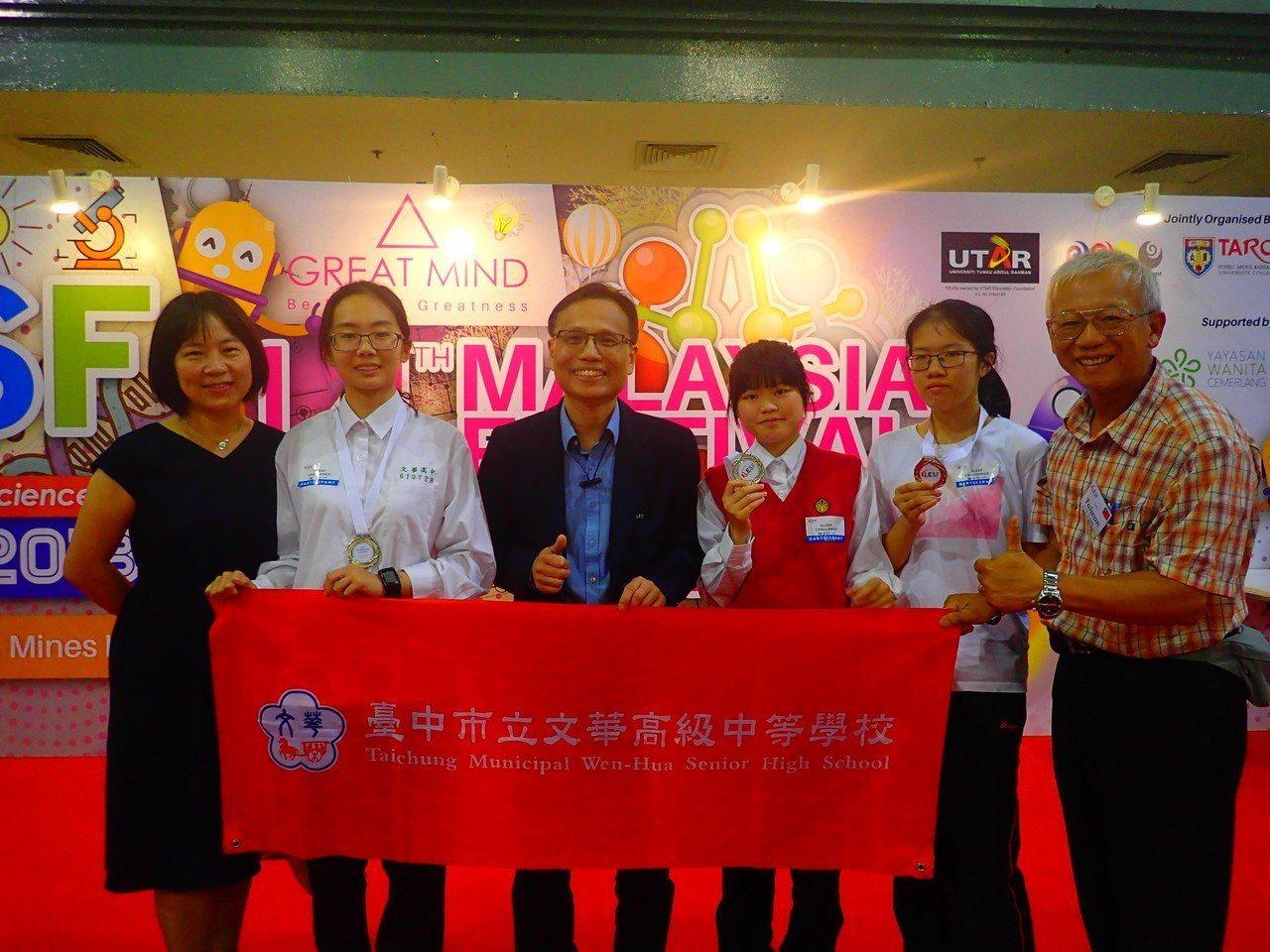 文華高中錢美瑜(左二)、杜宇彤(右三)和隊友曾智琳(右二)研發「鋅空氣鈕釦電池製...