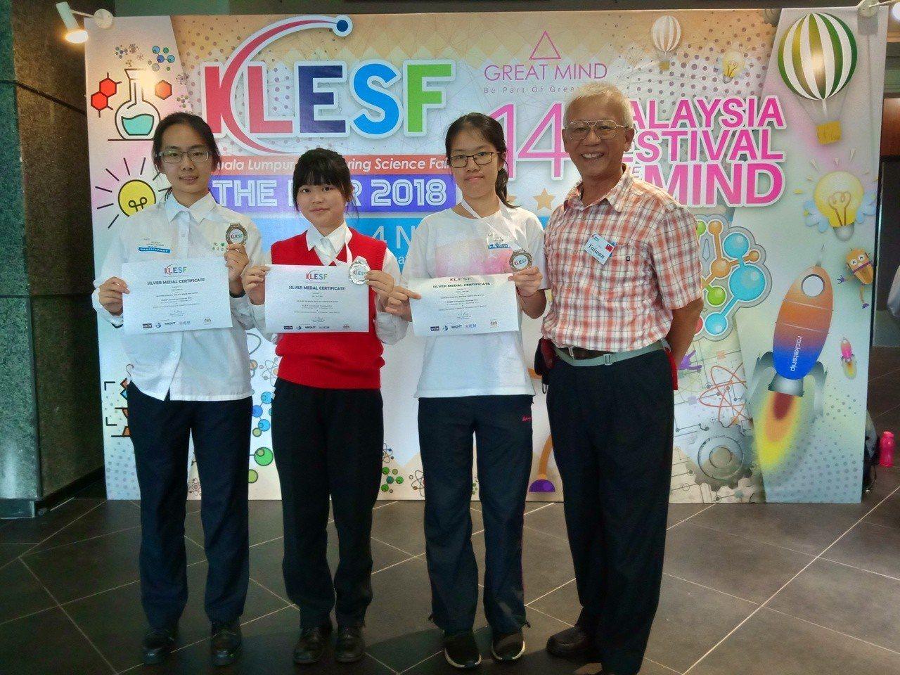 文華高中錢美瑜(左起)、杜宇彤、曾智琳(右二)研發「鋅空氣鈕釦電池製作低濃度氧氣...