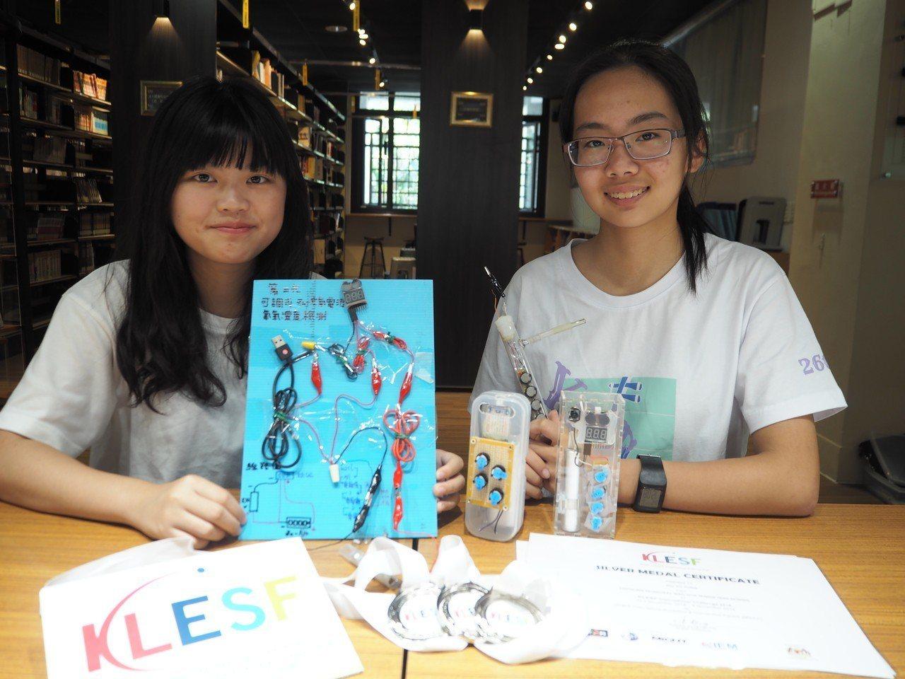 文華高中杜宇彤(左起)、錢美瑜和隊友曾智琳研發「鋅空氣鈕釦電池製作低濃度氧氣警報...