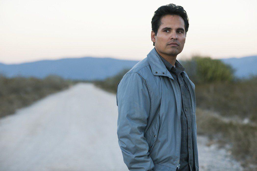 麥可潘納在「毒梟:墨西哥」裡飾演沒有奧援的緝毒局探員。圖/Netflix提供