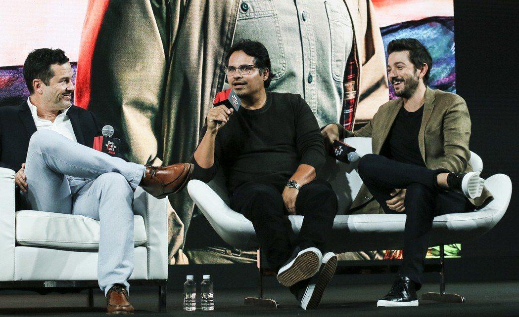 演員狄亞哥盧納(右起)、麥可潘納及製片製片艾瑞克紐曼一起為「毒梟:墨西哥」宣傳。...