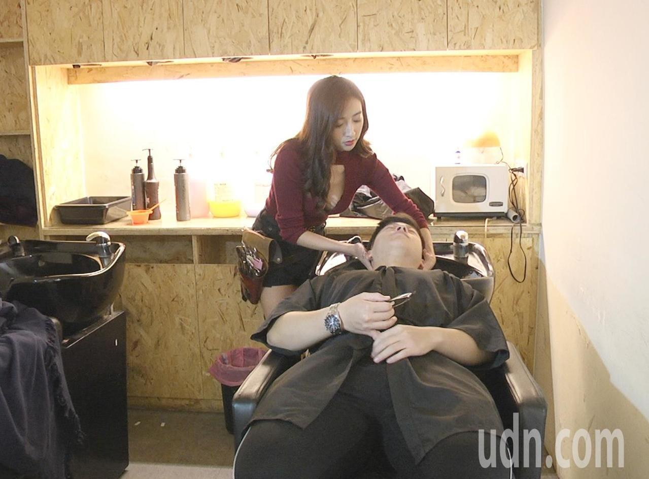 桃園市名叫黎娜(見圖)的髮型設計師,身穿胸前中空上衣露事業線,手藝精湛為客人剪髮...