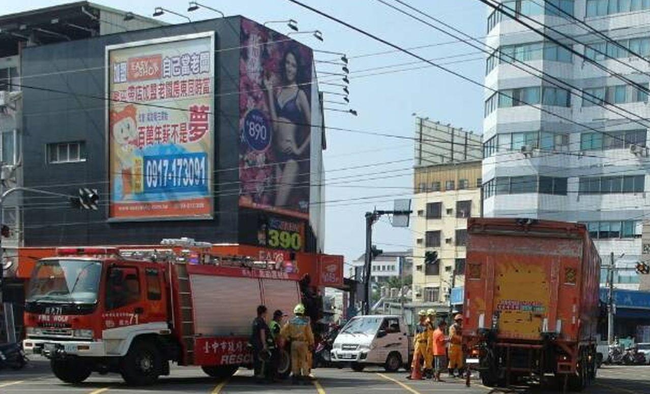消防隊到場救出被輾壓在大貨車輪下的單車伯。圖/記者趙容萱翻攝
