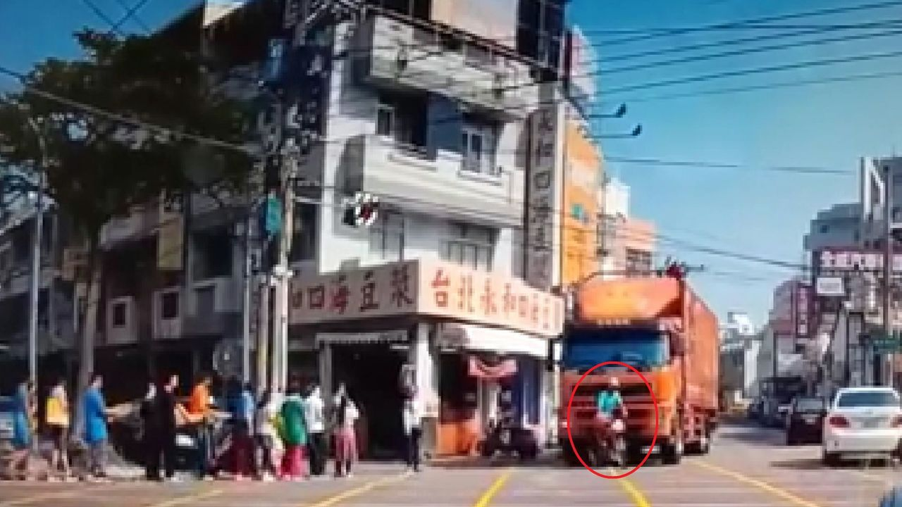 貨運車駕駛疑因視覺死角,沒有看到前方一名老人(紅圈處)正騎單車通過。圖/翻攝臉書...
