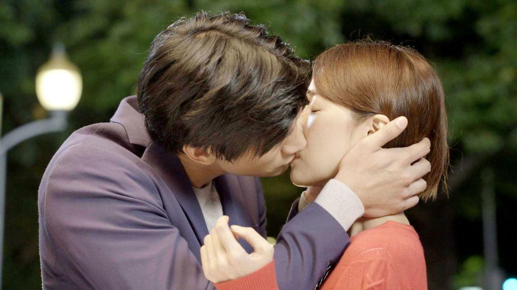 羅宏正(左)霸氣強吻劉宇菁  圖/三立提供