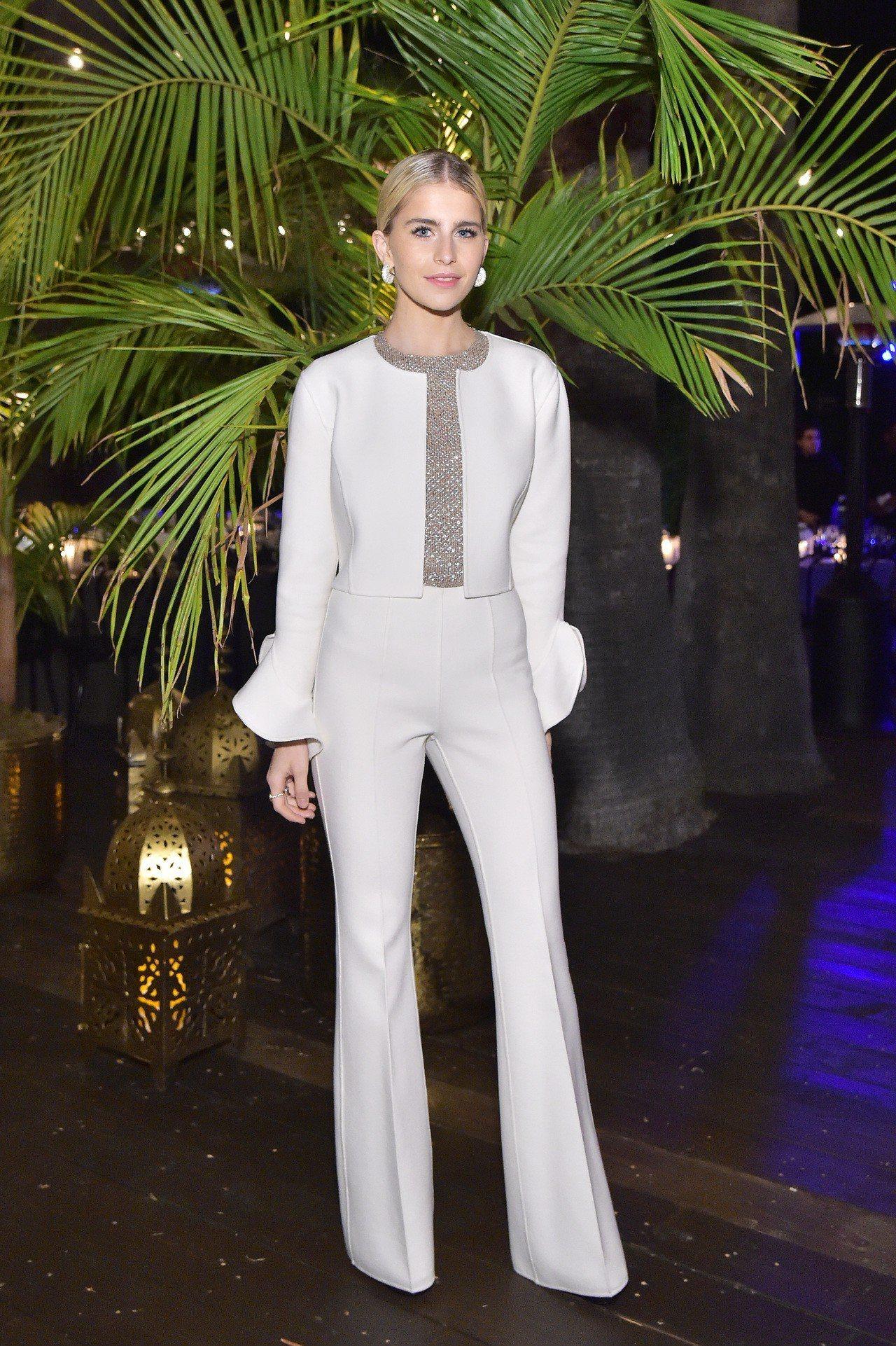 來自德國的時尚網紅Caroline Daur一席白色褲裝相當搶眼。圖/Getty...