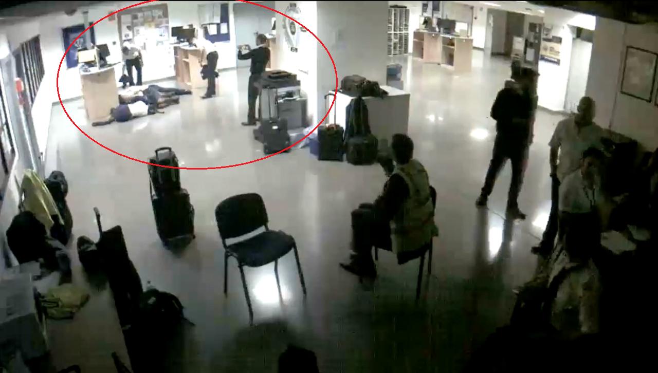 瑞安航空17日在推特公布監控系統的影像,指稱旗下6名員工被迫睡在休息室地板本是擺...