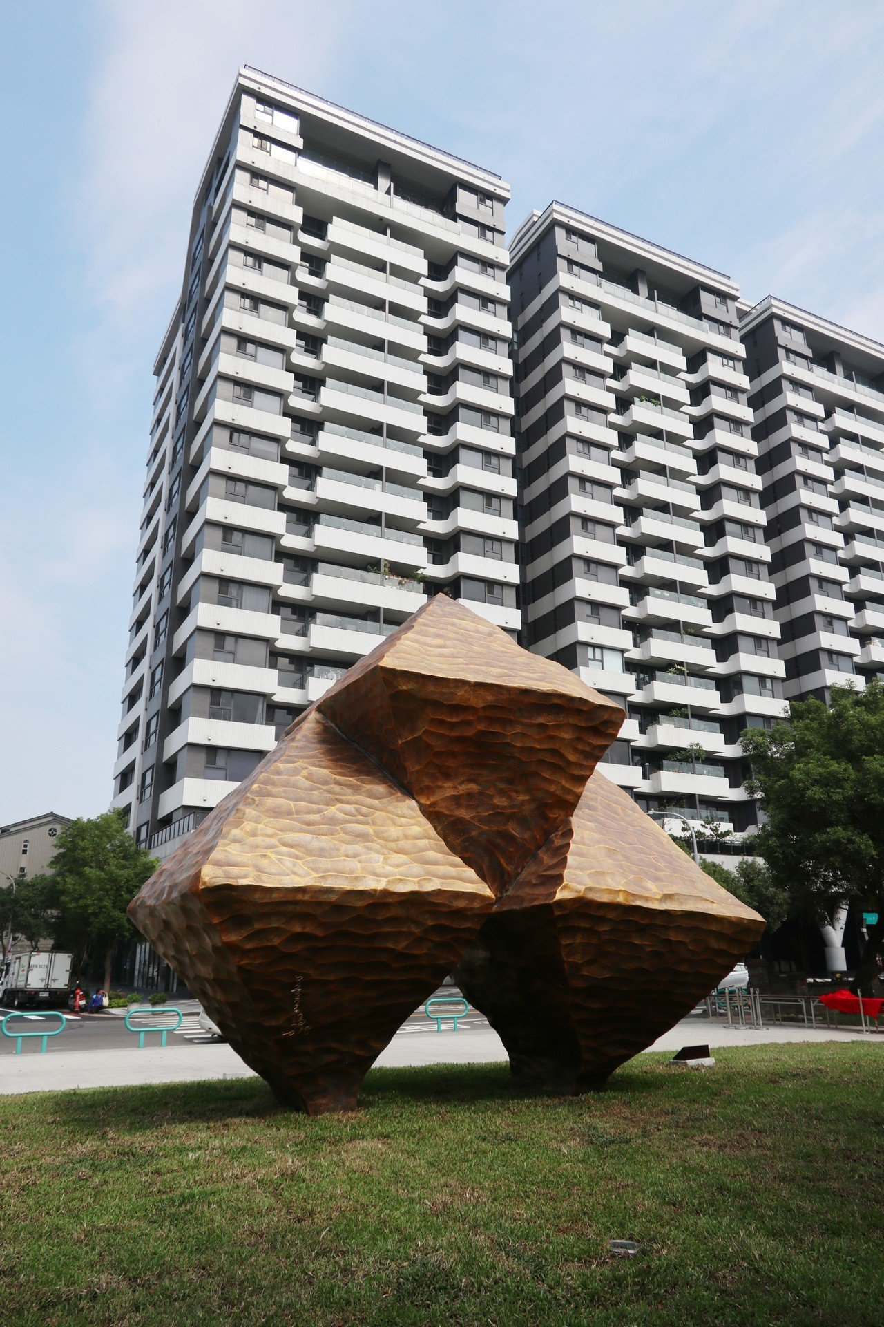 桃園市府今年斥資2700萬元,於大溪埔頂公園採購2件大型公共藝術品,但民眾認為藝...