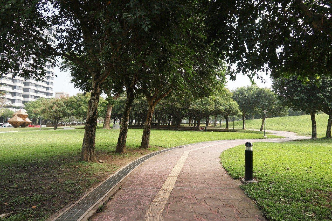 桃園大溪埔頂公園面積約5.5公頃,擁有大片綠地景觀,周邊也吸引許多新建案進駐。記...
