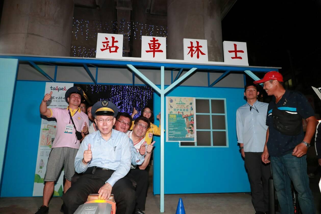 台北市長柯文哲今天出席「慈悲關懷 從士林出發」誓師園遊會,化身為小火車車長,陪著...
