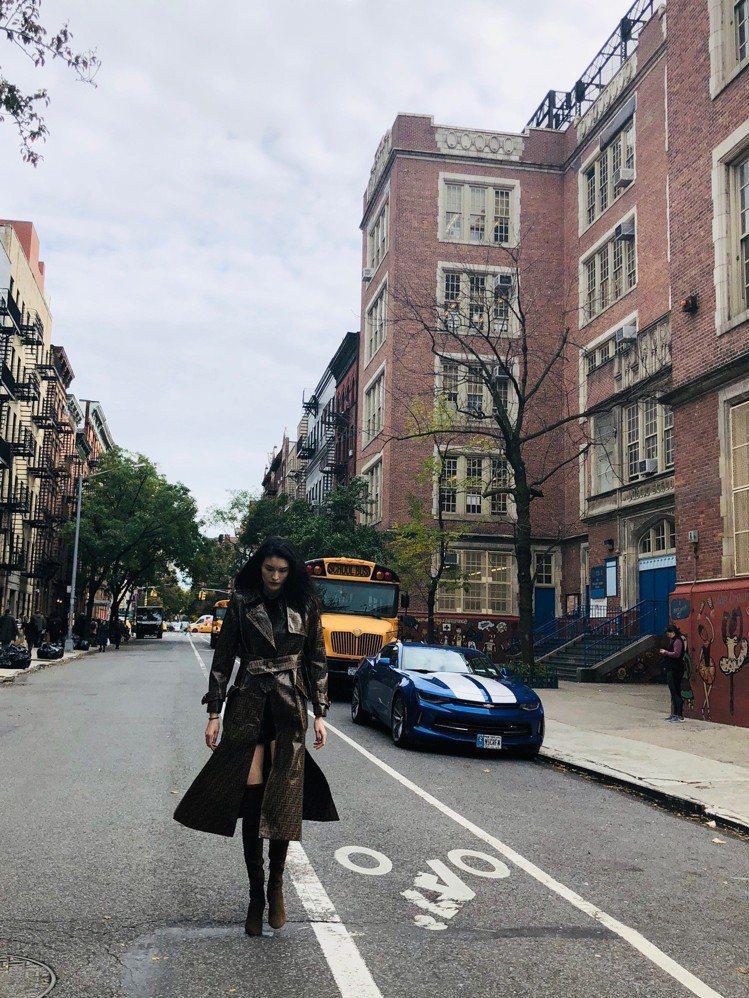 何穗身穿2018秋冬FF logo大衣,在紐約街頭拍下雪白美腿的漂亮照片。圖/F...