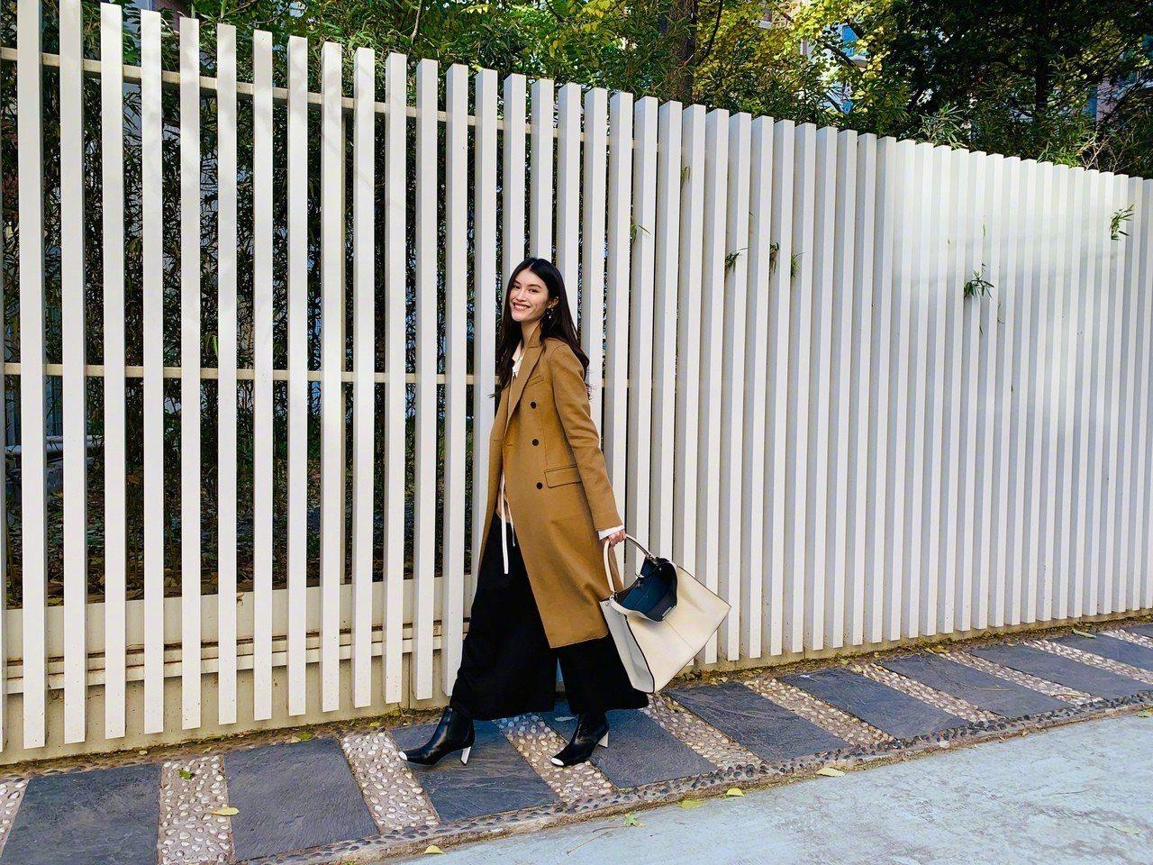 何穗以經典駝色大衣搭襯寬褲,展現寫意優雅的風情。圖/FENDI提供