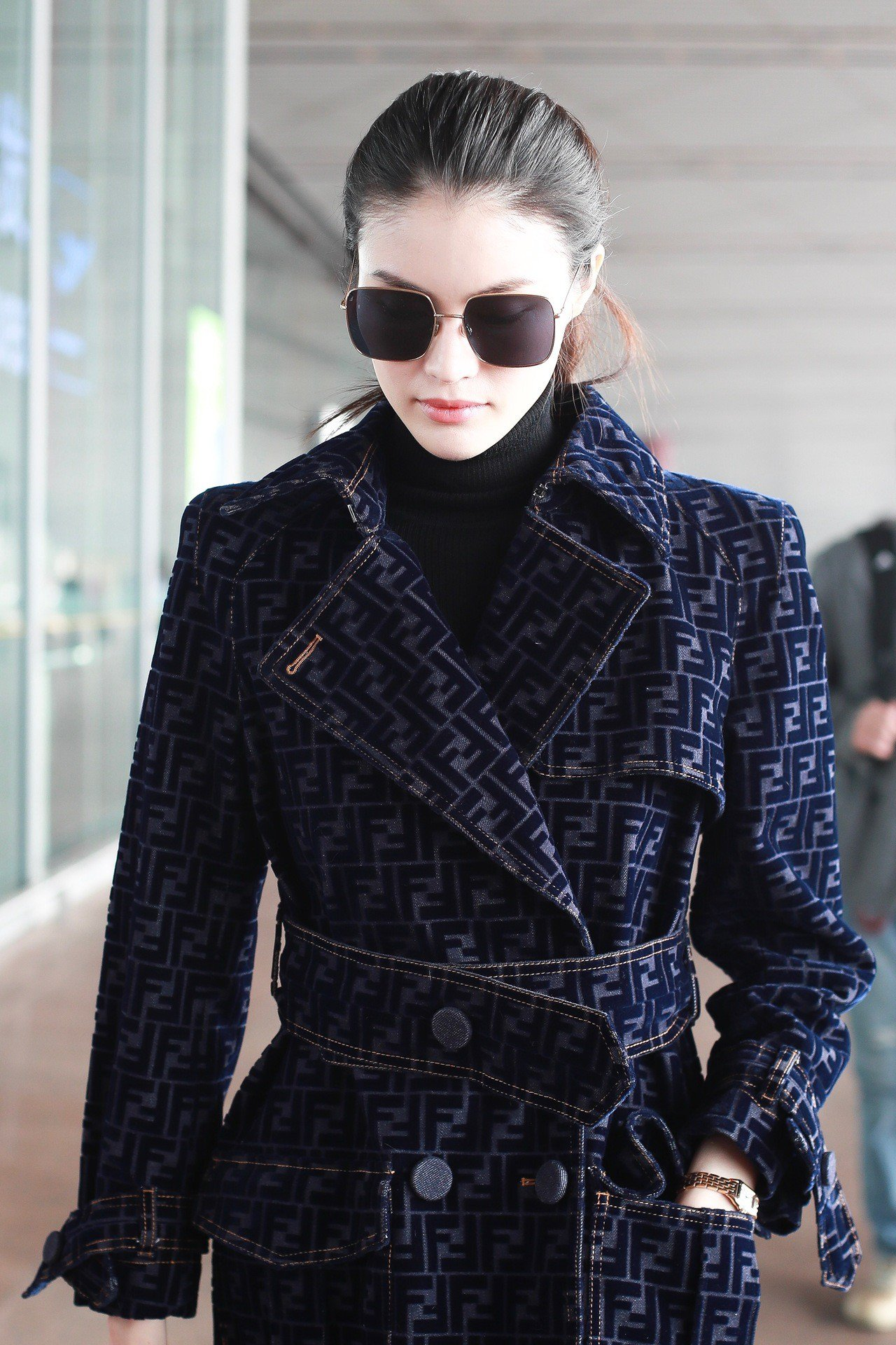 何穗詮釋FF大衣的貴氣華麗。圖/FENDI提供