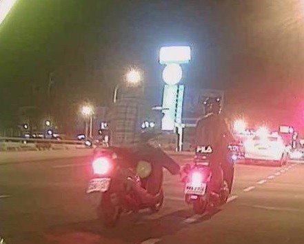 男子騎機車在台南市安南區海佃路二段,突伸腳踹女騎士機車。圖/記者周宗禎翻攝網友畫...