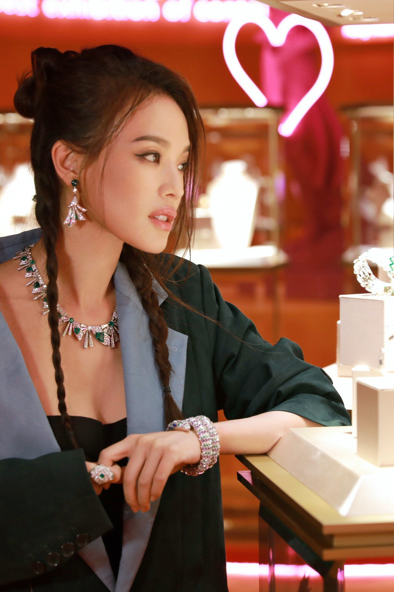 舒淇現身北京寶格麗酒店,搶先預覽以80年代為設計主題的WILD POP頂級珠寶系...