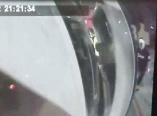 新莊警分局福營派出所警員洪銘峰今年7月查緝毒品交易時,遭毒販持西瓜刀砍傷,經救護...