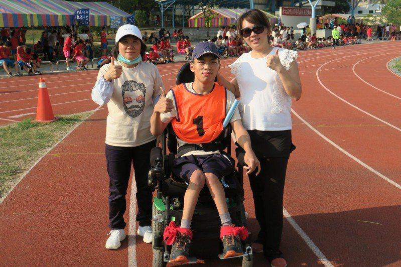 台南永仁高中三年級陳俊仲(中)用輪椅完成人生第一次大隊接力。圖/永仁高中提供