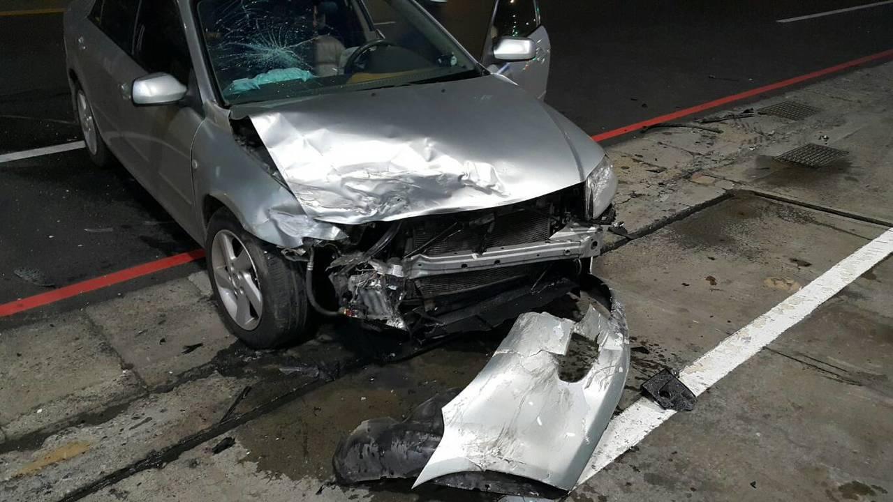 銀色轎車車頭撞得保險桿都掉在地上。記者巫鴻瑋/翻攝