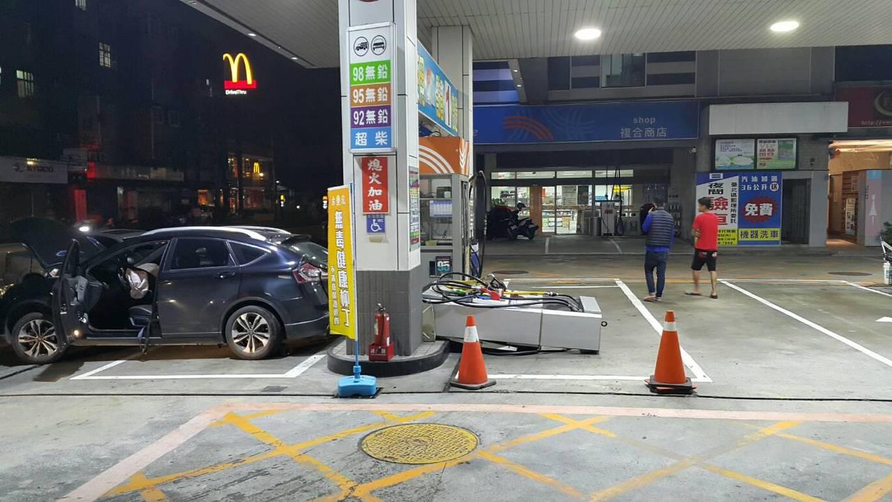 轎車撞倒加油機,所幸未引發爆炸。記者巫鴻瑋/翻攝