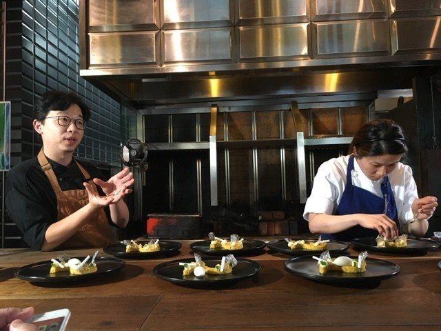畬室巧克力創辦人鄭畬軒(左)、態芮Angela(右)合力設計主甜點。圖/野台繫提...