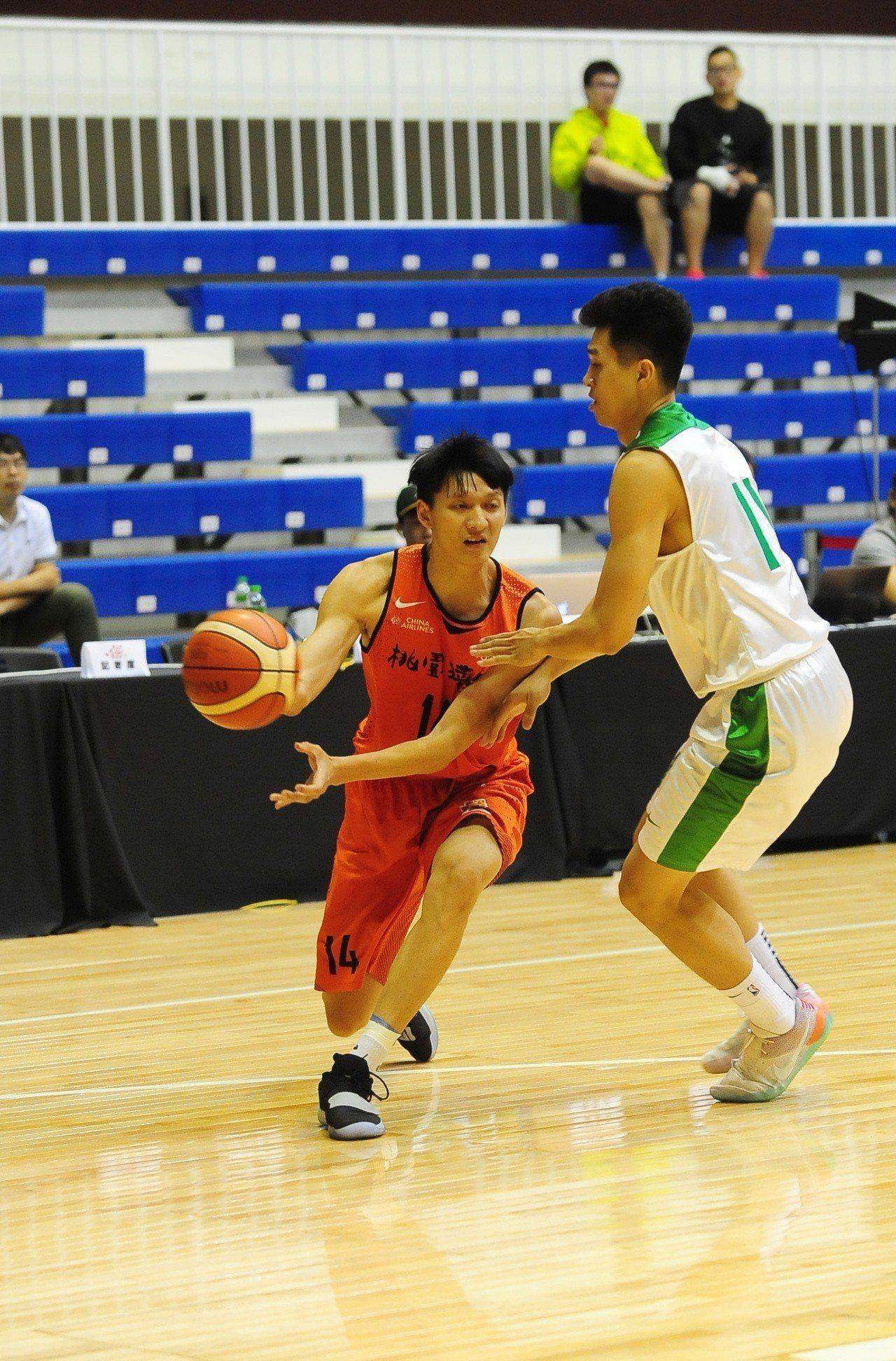 璞園隊李啟瑋(左)20分含6記三分球。圖/中華籃球協會提供