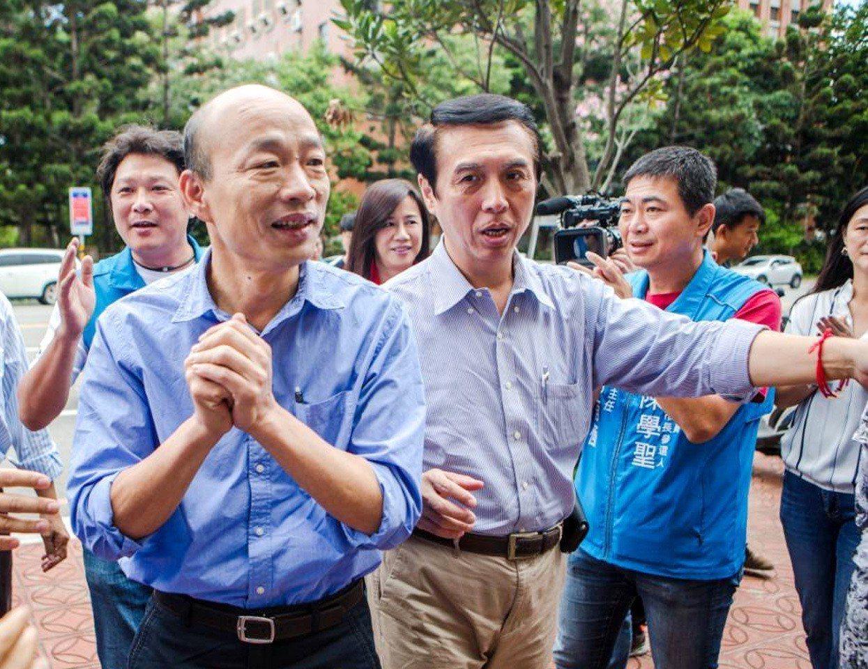 國民黨高雄市長候選韓國瑜(左)與桃園市長候選人陳學聖(右二)兩人多年好友,上月來...