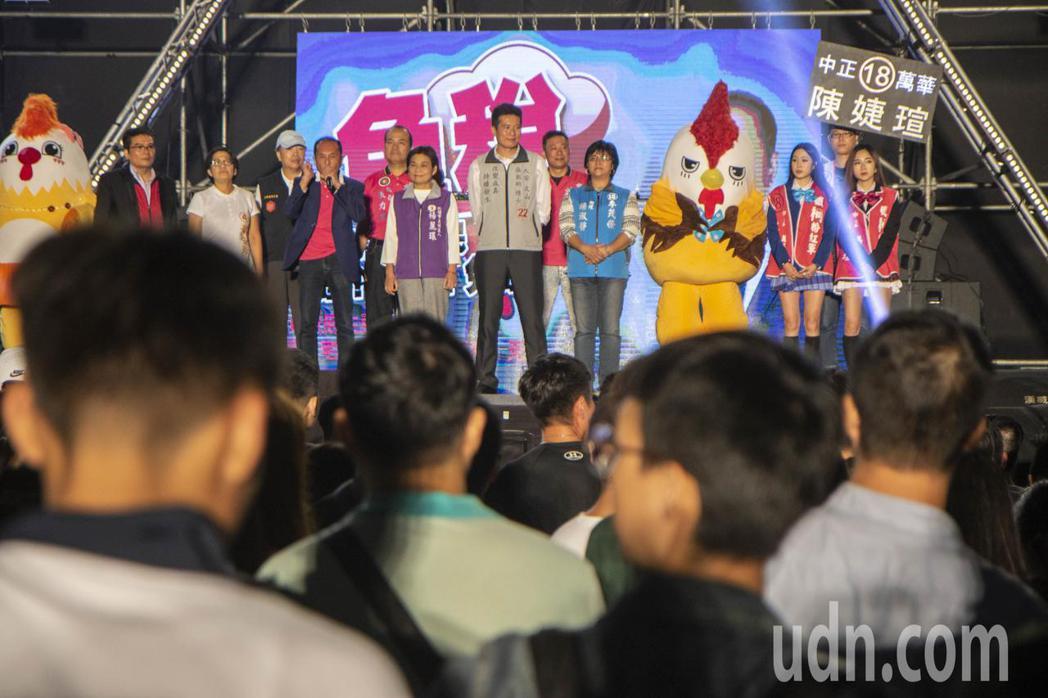 無黨籍台南市長候選人林義豐今在板橋舉辦電音趴,2正妹上台後立刻吸引台下的眼光。記...