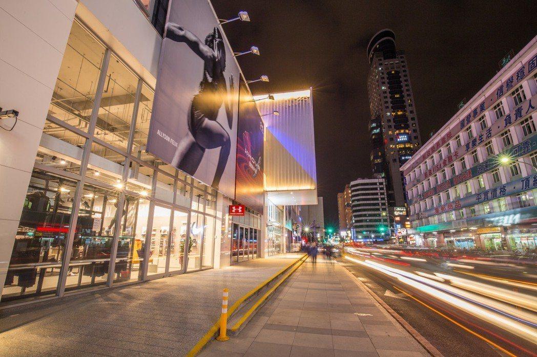 基隆市東岸商場頂樓空中跑道,可以吹風、看海、看郵輪,是商場一大亮點,拿下今年金擘...